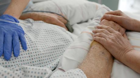 Wer einen am Coronavirus erkrankten Angehörigen im Pflegeheim oder im Krankenhaus in seinen letzten Stunden begleiten möchte, muss sich an strenge Vorgaben halten, um sich nicht selbst anzustecken oder das Virus weiterzuverbreiten. Das Gesundheitsamt hat dazu genaue Vorgaben erlassen.