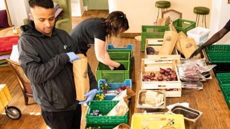 Auf Schloss Blumenthal wurden zu Ostern Pakete für die Aichacher Tafel mit Lebensmitteln gepackt.