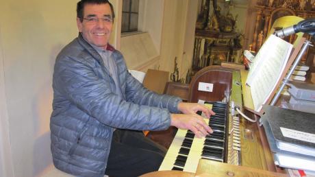 Peter Lenz an der Orgel in der Obergriesbacher Pfarrkirche St. Stephan. Seit 30 Jahren ist er Organist der Kirchengemeinde.