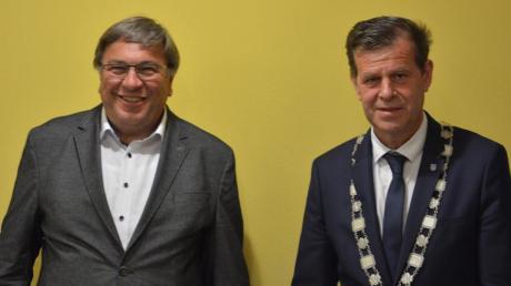 Bürgermeister Josef Schreier (links) überreichte seinem Nachfolger Fabian Streit die Bürgermeisterkette.