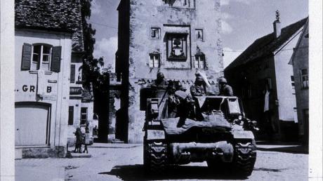 Einen Tag nach Einnahme der Stadt Aichach wurde am 29. April 1945 dieser M-7 Howitzer-Panzer der 7. US-Armee vor dem Unteren Tor fotografiert.