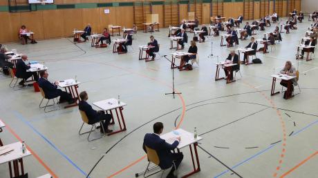 Ungewöhnliche Zeiten, ungewöhnlicher Sitzungsort: Der neu gewählte Kreistag des Wittelsbacher Landes hat seine konstituierende Sitzung in der Vierfachhalle des Aichacher Schulzentrums abgehalten.