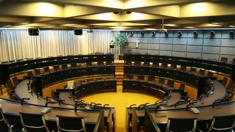 Der komplette Kreistag (60 Mitglieder) kommt voraussichtlich erst im Spätherbst im Sitzungssaal des Landratsamtes zusammen. Die Zwölferausschüsse können dort die Abstände einhalten.