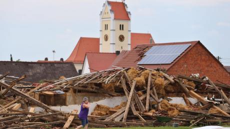 Mit unvorstellbarer Wucht bricht der Tornado am 13. Mai 2015, dem Vorabend von Christi Himmelfahrt, über die Gemeinde Affing herein. Innerhalb weniger Minuten hinterlässt er eine Schneise der Verwüstung.