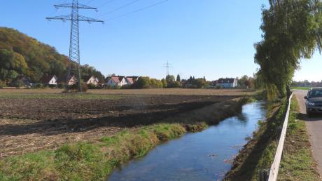 """Der Affinger Rat setzte sich wiederholt mit einer Behelfsbrücke zum neuen Baugebiet """"Am Weberanger"""" auseinander, das links der Friedberger Ach entstehen wird."""