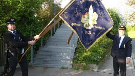 Die vor drei Jahren renovierte Fahne des Krieger- und Soldatenvereins Pichl mit (links) Fahnenträger Albert Marquard und rechts dem Vorsitzenden Hermann Thumbach.