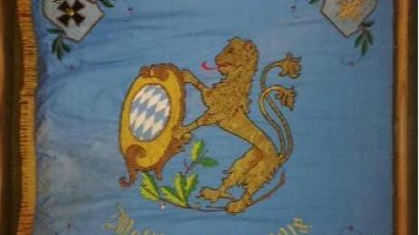 Die Rückseite der Fahne verweist auf die Zeit des Ersten Weltkriegs zwischen 1914 und 1918.