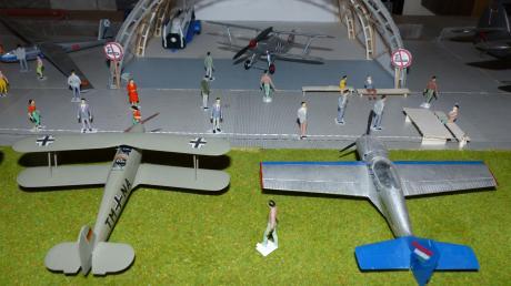 Diese Szene zeigt einen Hangar mit Modellen von historischen Flugzeugen – es ist nur eine, die sich in der Wohnung von Patrick Förster und Maria Schröttle in Baar findet. Die beiden sind passionierte Sammler und wollen eine Ausstellung veranstalten.