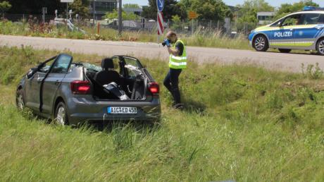 In der Nähe des Feuerwehrhauses in Aichach ist ein 85-Jähriger mit seinem Auto im Kreisverkehr von der Straße abgekommen. Der Wagen überschlug sich und der Senior wurde lebensbedrohlich verletzt.