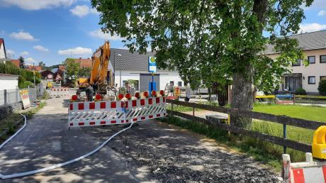 Nach Beginn der Tiefbauarbeiten in Igenhausen sind im Gemeindebereich Hollenbach nun auch die Kanalarbeiten in der Dorfstraße in Mainbach angelaufen. Beginnend auf Höhe des Kinderspielplatzes wird der Kanal auf einer Länge von 1,2 Kilometern erneuert.