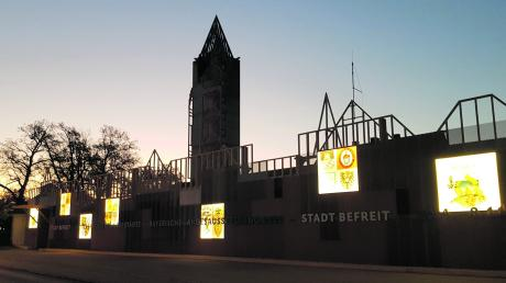Zur Stadtratssitzung am Donnerstagabend erstrahlten erstmals die Wappen, die an der Fassade, einer mittelalterlichen Stadtsilhouette, angebracht sind.