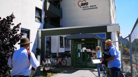 Sorgten für Stimmung bei den Bewohnern des Aichacher AWO-Heims: (von links) Andreas Bachhuber, Claudia Herguth und Paul Stempfel.