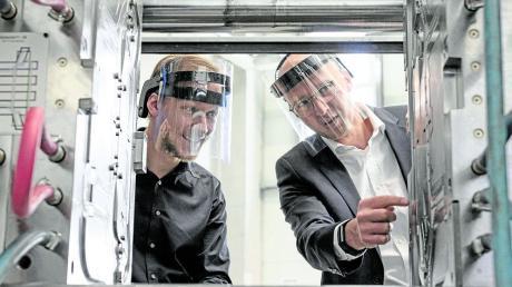 Mit dem Haimer Face Shield ausgestattet: Haimer Marketingleiter Tobias Völker (rechts) und Sebastian Völk (Vertrieb bei Deckerform) beim Gespräch über das Spritzgießwerkzeug.