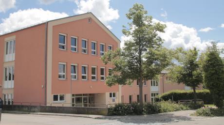 Ende der 1960er, Anfang der 1970er Jahre wurde die Pöttmeser Schule (hier von der Nord-West-Seite zu sehen) gebaut. Nun steht die Frage im Raum, ob sie saniert wird oder die Gemeinde stattdessen einen Neubau ins Auge fasst.