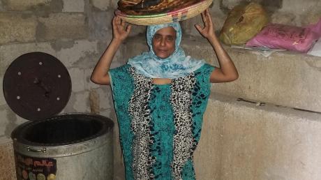 Hanan, die Schwester des Scheichs Sadeq, im frisch gemauerten Brotbackhaus des Jemenhilfe-Kinderhauses. Sadeq verstarb in einem Kairoer Krankenhaus.