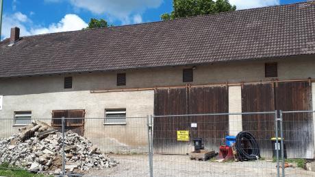 Bei einem Ortstermin befasste sich der Gemeinderat mit dem Bauprojekt in diesem Stadel. Hier soll ein Wohn- und Geschäftshaus entstehen.
