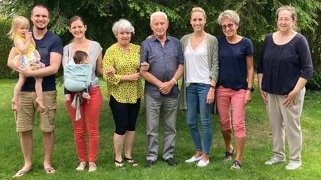 Feier im Hause Berthold: (von links) Enkel Dominik mit Ehefrau Meli Grauvogel und den Urenkeln Pia und Emily, Gertrud Bauer (Tochter), der Jubilar mit seiner Enkelin, Marina Grauvogel, und der jüngsten Tochter, Magda Grauvogel, sowie Bürgermeisterin Gertrud Hitzler, die herzlich zum 90. Geburtstag gratuliert.