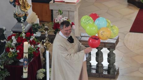 Glückwünsche und gute Wünsche standen auf den Luftballons, welche die Ministranten Pfarrer Eberhard Weigel überreichten.