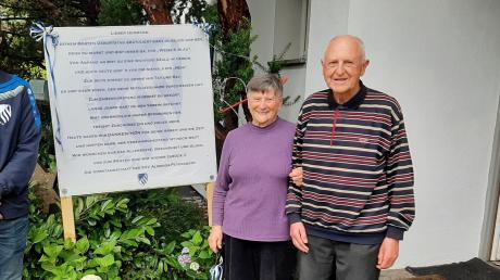 Die Vertreter von Gemeinde und SSV Alsmoos-Petersdorf gratulierten Ehrenvorsitzendem Hermann Reinthaler zum 80. Geburtstag und dankten ihm für sein langjähriges und unermüdliches Engagement für Kommune und Verein. Der stellte auch ein Geburtstagsplakat auf. Mit auf dem Bild ist Ehefrau Maria.