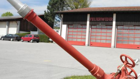 Das derzeitige Aindlinger Feuerwehrhaus am östlichen Ortseingang an der Peter-Sengl-Straße verfügt nur über drei Tore. Einige Fahrzeuge der Feuerwehr stehen daher momentan im Freien. Das soll sich künftig ändern.