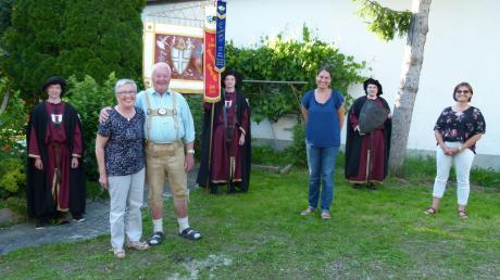 Eine Ehrung zum 80. Geburtstag: (von links) Mathias Reiner, Johann Lutterschmid sen., seine Frau Franziska, die am selben Tag ihren 72. Geburtstag feierte, Lucas Reiner (Fähnrich), Angelika Weiß (1. Vorsitzende), Tobias Ladewig, (3. Vorsitzender) und Hildegard Reiner.