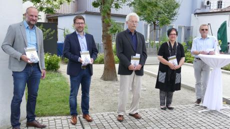 Der neue Aichacher Stadtführer wurde von Christoph Lang, Zweitem Bürgermeister Josef Dussmann, Autor Konrad Cremer, Dritter Bürgermeisterin Brigitte Neumaier und Kreisheimatpfleger Michael Schmidberger (v. l.) vorgestellt.