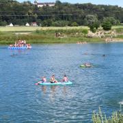 An warmen Tagen ist viel los am Badesee in Oberach. Vor allem für die Rehlinger Jugend ist es ein willkommenes Freizeitvergnügen.