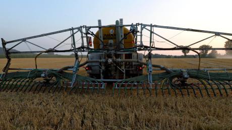 Landwirte bringen mittlerweile mit Schleppschlauch-Einarbeitung die Gülle in den Boden. Die Düngung und die Nitrat-Belastung macht vielen Menschen Angst.