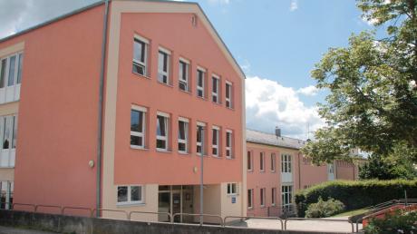Die Pöttmeser Wirtschaftsschule ist in der Grund- und Mittelschule der Marktgemeinde zu finden. Sie startete ihren Betrieb im Jahr 2011.
