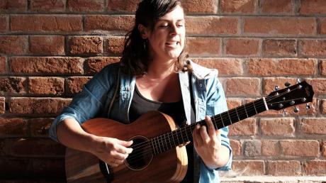 """Die Liedermacherin Monika """"Moni"""" Wagner aus Tödtenried startet durch: Sie spielt drei Konzerte im Canada und hat außerdem einen Song mit dem Musiker und Moderator Werner Schmidbauer aufgenommen."""