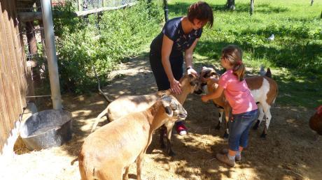 Beim Versorgen der Tiere geht die fünfjährige Helena ihrer Mutter Bettina Reiner fleißig zur Hand.