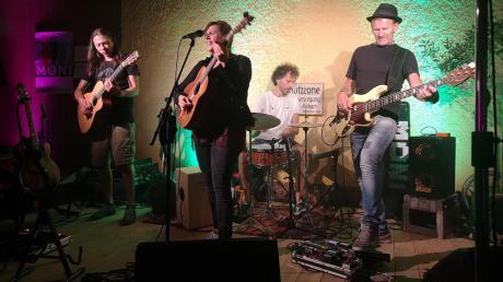 """Moni sorgte mit ihrer """"fetzigen"""" Band, viel Power und tiefgründigen Texten für gute Laune im Canada-Biergarten."""