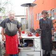 In der Küche des TSV-Rehstaurants stehen (von links) Seniorchef Horst Reh und sein Sohn Tobias Reh.