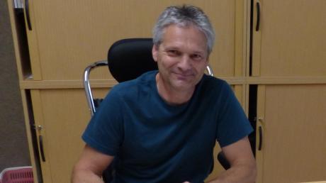 Noch ist auf Jürgen Hörmanns Schreibtisch Platz für Akten, Notizen und Ordner, denn einen eigenen Computer hat der Bürgermeister von Obergriesbach erst bestellt.