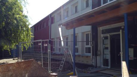 Pünktlich zu den Sommerferien herrscht an der Grundschule in Willprechtszell wieder Baustellen-Hochbetrieb.