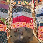 """Etwa 7000 Masken in den unterschiedlichsten Formen, Farben und Materialien haben die Freiwilligen des Aichacher """"Flotte Nadel"""" Netzwerks genäht und in den vergangenen fünf Monaten an besonders gefährdete Einrichtungen und Organisationen verteilt."""