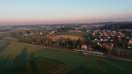Im Heißluftballon hat man eine wunderschöne Sicht auf das Wittelsbacher Land. Von oben sieht die Paartalbahn am Bahnhof in Obergriesbach aus wie eine Modelleisenbahn.