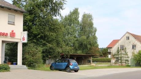 """Auf dieser freien Fläche, rechts von der Sparkassenfiliale in Sielenbach, soll der neue """"Unverpackt""""-Laden von Veronika Jungbauer entstehen."""