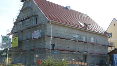 Am Breitenwiesweg in Sielenbach entsteht ein Sozialwohnhaus. Der Gemeinderat beschloss, dass die Farbe dem Rathaus angeglichen werden soll.