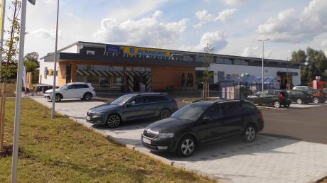 Der neue Edeka-Markt am östlichen Ortseingang in Motzenhofen ist seit Donnerstag eröffnet. Am Mittwoch wurde in kleinem Kreis die Einweihung gefeiert. Nördlich davon entsteht der neue Bauhof der Gemeinde.