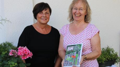 Ein Kochbuch mit Rezepten und Geschichten von Adelzhauser Senioren haben Margret Schmaus (links) und Anita Siemann-Wahl herausgebracht.