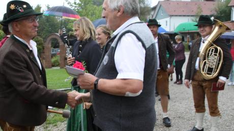 Unter den vielen Gratulanten für Martin Echter waren gestern auch Mitglieder des Kirchenchores sowie die Sielenbacher Blaskapelle, die dem früheren Sielenbach Bürgermeister zum 70. Geburtstag ein Ständchen spielten.