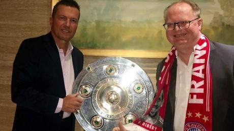 Der Sielenbacher Thomas Weinmüller (rechts) traf in Indonesien Bayern-Legende Lothar Matthäus – in Begleitung der Meisterschale.