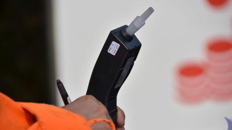 Die Polizei wollte in Dietenheim einen betrunkenen Autofahrer kontrollieren. Dabei wurden die Beamten von einem anderen Mann gestört.