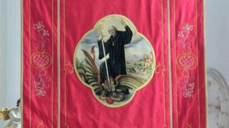 Die neue Magnus-Fahne der Pfarrei in Kühbach.