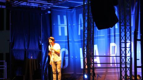"""Der Kabarettist Harry G ist im Rahmen seiner neuen """"Hoamboy""""-Tour auf Schloss Scherneck in Rehling aufgetreten – und war selbst ganz begeistert von dem Auftrittsort."""
