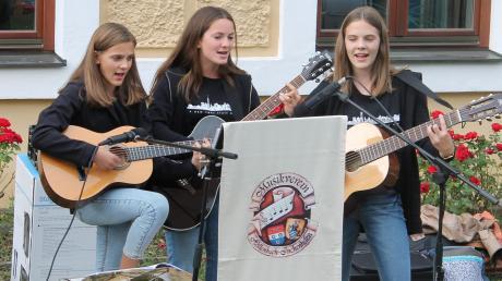 Annalena und Sophia Reisner sowie Carina Lohner traten bei der Serenade als Trio an.