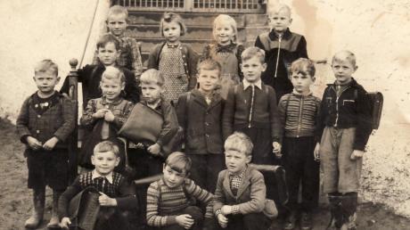 Die Erstklässler, die 1954 in der Dorfschule Gebenhofen eingeschult wurden, stehen auf der Kirchentreppe zum gemeinsamen Foto.