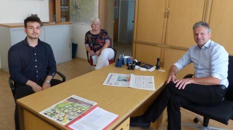 Obergriesbachs Bürgermeister Jürgen Hörmann (rechts), Pächter Gabriel Stefa (links) und Bürgerin Traudl Minssen (Mitte) suchen nach einer Lösung für das Restaurant Panorama.