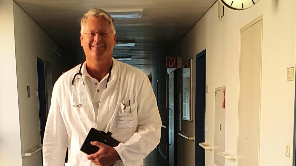 Der Aichacher Georg Laberger als Dr. Jürgen Theobald am Set der Netflix-Serie Biohackers.